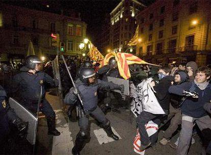 Carga policial de los Mossos, ayer por la noche en la plaza dels Àngels.