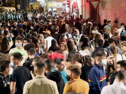 Multitud de jóvenes se agolpan en una calle de Salamanca.