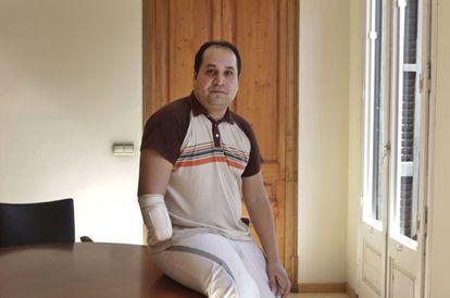 Agustín Ganchozo sufrió un accidente laboral que obligó a amputarle la mano derecha.