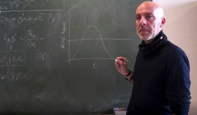 El investigador Àlex Arenas, en un momento del reportaje del '30 minuts'.