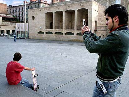 Un joven saca una fotografía con un teléfono móvil en Barcelona.