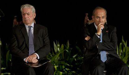 Vargas Llosa y Felipe Calderón en el acto del Premio Carlos Fuentes.