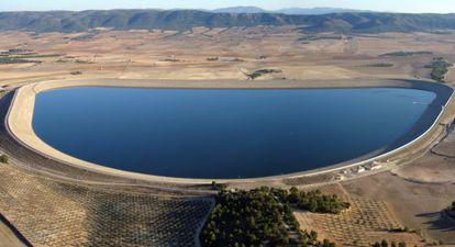 Agua del trasvase embalsada en la balsa de San Diego, en Villena, en la fase de pruebas de la infraestructura.