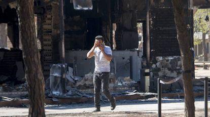 Un usuario del cámping Doñana de Mazagón se lamenta tras ver los efectos del incendio.