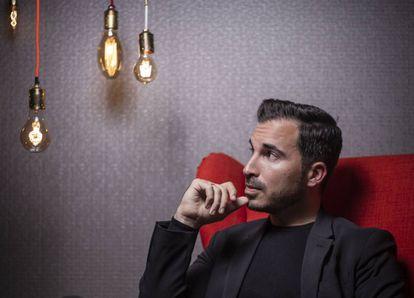 Javier Castillo posa para ICON en la sede madrileña de la editorial Suma de Letras. El escritor está a punto de publicar su cuarta novela 'La chica de nieve'.