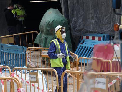 Un obrero protegido con mascarilla en una obra en Madrid el pasado 27 de marzo.