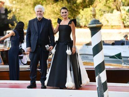 Pedro Almodóvar y Penélope Cruz llegan a la sesión de gala de 'Madres paralelas'.