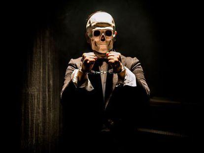 Felipe Cabezas enmascarado en una escena de 'Houdini, el arte de la fuga', en la sala Fénix.