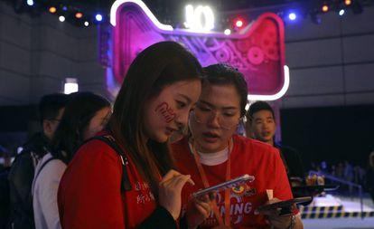 Dos empleadas de Alibaba esperan la cuenta atrás para el Día del Soltero en Shanghái.