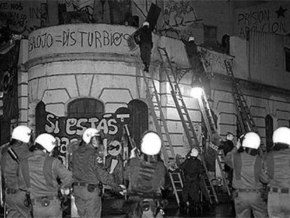 Agentes de la policía, durante el desalojo del cine Princesa de Barcelona en octubre de 1996.