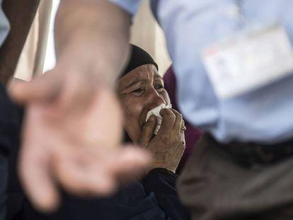 Una decena de familiares de los 30 pasajeros egipcios que viajaban en el avión de la compañía Egyptair desaparecido cuando volaba sobre el mar Mediterráneo han comenzado a llegar al aeropuerto internacional de El Cairo.