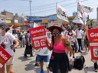 Gahela Cari, candidata trans al Congreso de Perú, participa el 31 de marzo pasado de una caminata de campaña en Gamarra, Lima