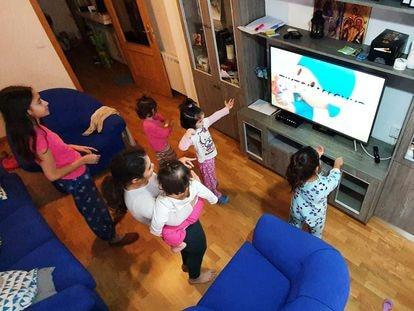 Lucía, Mariam, Nazaret, Inés, Rut y Loreto, las hijas de la familia Rivera Sobrino, bailan en su salón durante la cuarentena.