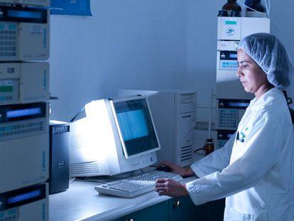 Científica en un laboratorio de la ciudad de Guatemala.
