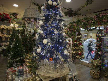 Interior de un comercio de decoración navideña de Sevilla.