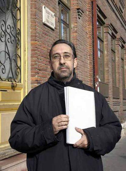 Fernando Pastor,  frente al colegio público de Valladolid Macías Picavea.