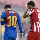 Lionel Messi (a la izquierda) y Luis Suárez abandonan el campo tras el primer tiempo en el Camp Nou.