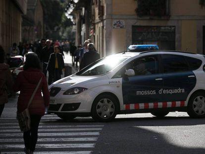 Un coche de los Mossos patrulla por Barcelona.