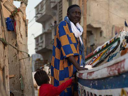 El profesor Séne en el barrio de pescadores Guet Ndar de Saint Louis (Senegal), donde nació hace 68 años.