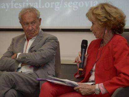 María Teresa Ferández de la Vega Sanz junto al historiador británico Simon Schama en Segovia.