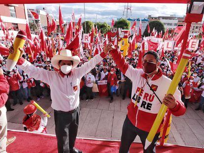 Vladimir Cerrón (derecha) y Pedro Castillo en un evento en Junín, Perú, el pasado 29 de marzo.
