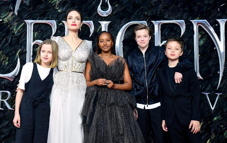 Angelina Jolie con sus hijos Vivienne, Zahara, Shiloh —ahora llamado John— y Knox  Jolie-Pitt en el estreno de 'Maléfica II' en Londres en octubre de 2019.