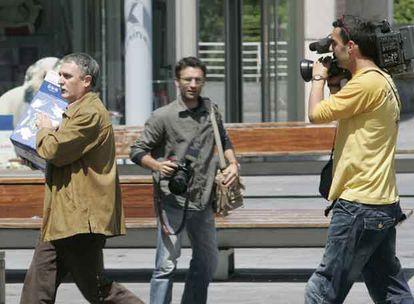 Víctor Bravo, a la izquierda, a su salida del juzgado de Irún cargando una caja para intentar ocultarse.
