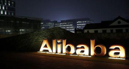 El logo del grupo Alibaba en la sede de Hangzhou (China).