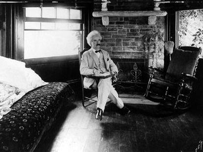 Mark Twain, fotografiado en su casa en plena tarea literaria.