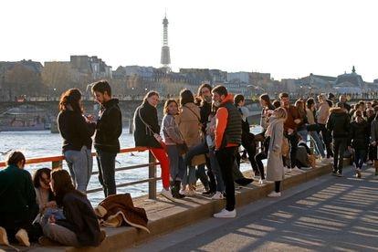 Parisinos disfrutando del sol la orillas del Sena el pasado febrero, antes de que el toque de queda les exigiese volver a sus hogares.
