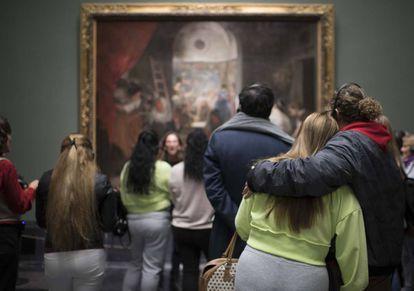 El grupo de reclusas de Alcalá Meco observa 'Las hilanderas' durante su visita al Museo del Prado.