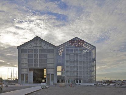 Edificios gemelos en el FRAC de Dunkerquen (Francia, 2015). A la izquierda, el edificio original, un antiguo almacén de barcos. A la derecha, la estructura transparente y transformable ideada por el estudio Lacaton & Vassal.