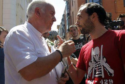Cayo Lara discute con otro de los asistentes a la concentración para frenar el desahucio.