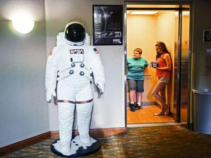 Motel en Cocoa Beach, donde una estatua de un astronauta decora un pasillo del establecimiento.