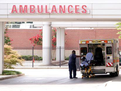 El conductor de una ambulancia desinfecta la camilla tras el traslado de un enfermo de covid a un hospital de Memphis (Tennessee), este viernes.