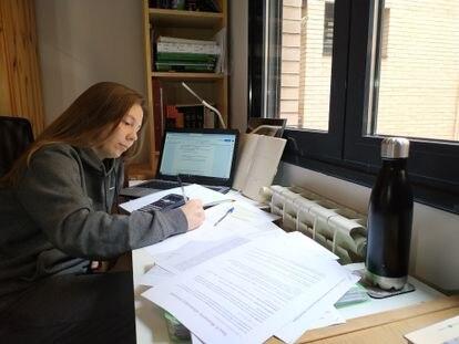 Silvia Rodríguez, de 18 años, estudia para la selectividad durante la cuarentena escolar por el coronavirus, en Valdemoro (Madrid)
