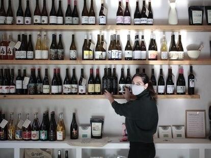 Sara Pastor muestra las más de cincuenta referencias de vinos naturales en su tienda Pastora.