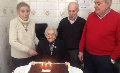 Josefina Martínez Balseiro y Teodoro Díaz Martínez, flanquean a María Balseiro Martínez, en su 102 cumpleaños. Con jersey rojo, Alfonso Emilio Balseiro, alcalde de Mañón (Galicia). Imagen tomada en Ribeiras do Sor en 2015.