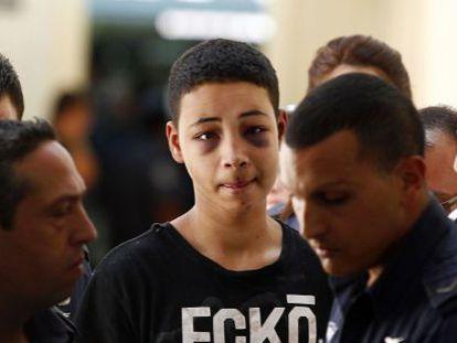 Tariq Jadair (centro), primo del joven palestino asesinado, es llevado ante el juzgado de Jerusalén.