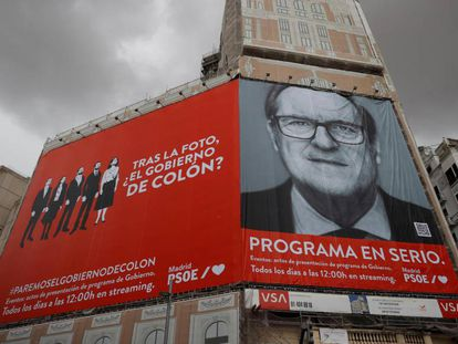 El cartel electoral gigante del candidato del PSOE a la Presidencia de la Comunidad de Madrid, Ángel Gabilondo en un edificio de la plaza de Callao, Madrid.