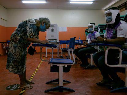 Una mujer vota el 15 de noviembre de 2020 en Amapá (Brasil).