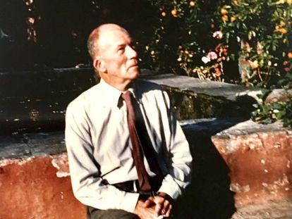 El hispanista Gerald Brenan, en mayo de 1959 en el jardín su casa de Churriana.