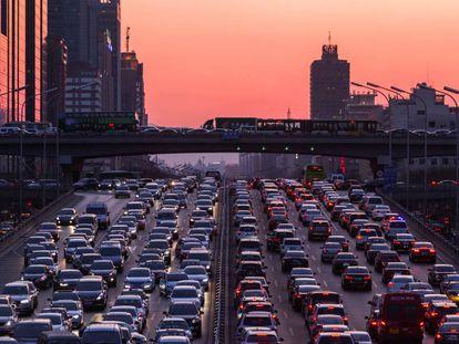Adiós al atasco mañanero: semáforos inteligentes que observan el tráfico y aprenden de él