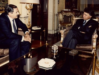 El expresidente del Gobierno, Felipe González, a la derecha, recibe en audiencia a Jesús Ezquerra, embajador de España ante la Santa Sede, en octubre de 1987.