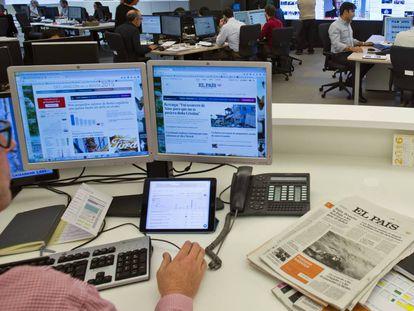 Un redactor consulta la portada web de EL PAÍS.
