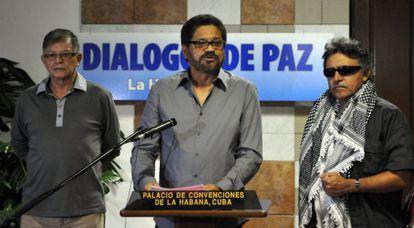 El segundo jefe de las FARC, Iván Márquez, al centro.