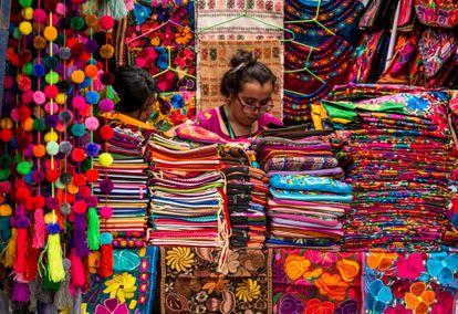 Puesto con tejidos mexicanos en un mercado de Ciudad de México.