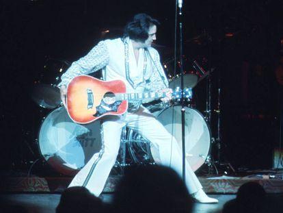 Elvis Presley, durante un concierto en Las Vegas en diciembre de 1975.