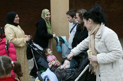 Madres inmigrantes  y españolas se saludan en  Tarragona.