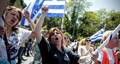 Funcionarios griegos durante una protesta contra las reformas.